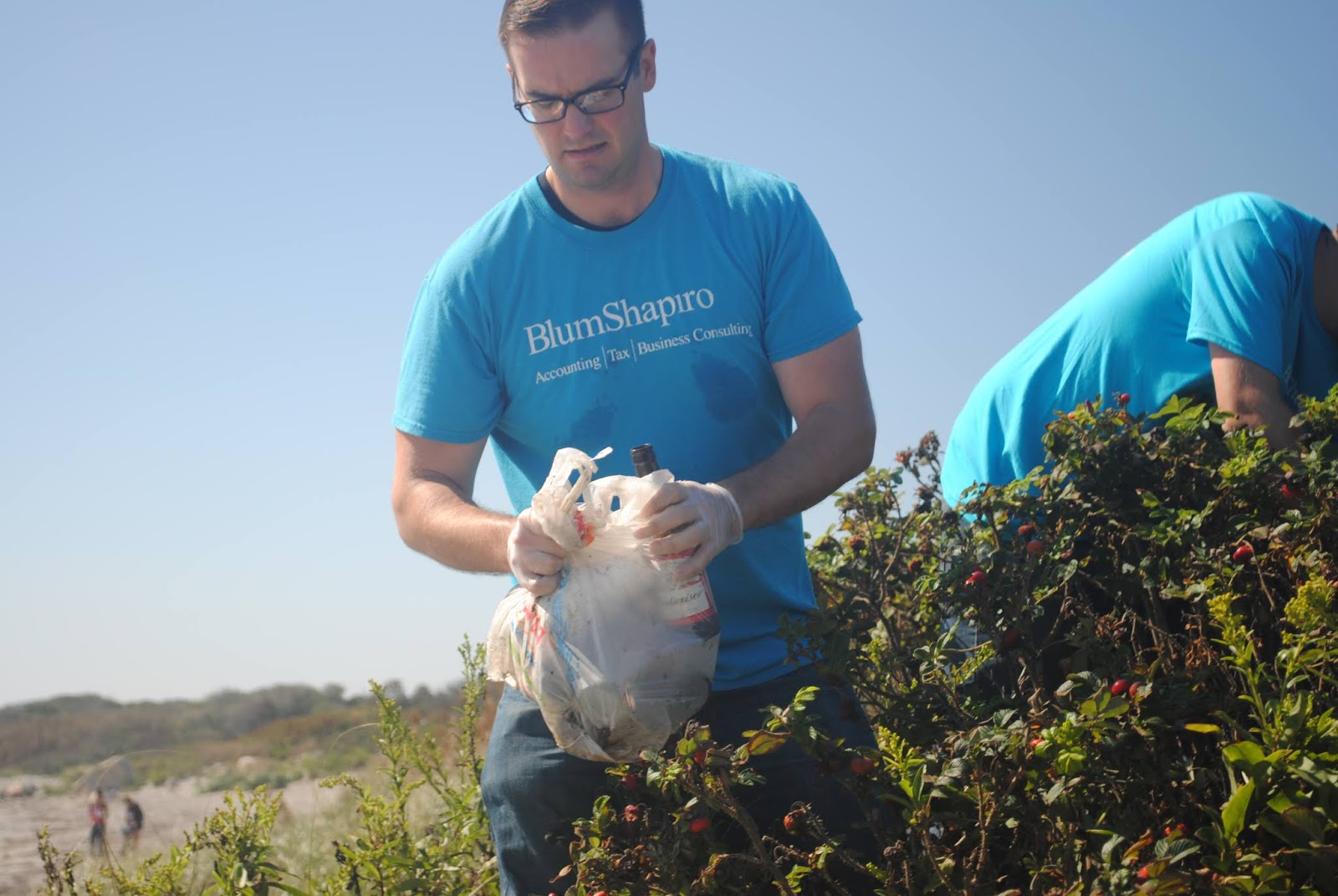 Blum Shapiro Consulting volunteer at beach cleanup