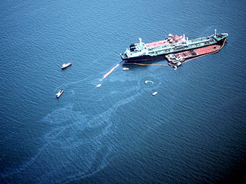 Aerial photo of World Prodigy Oil Spill in June 1989
